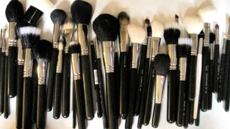 Step-By-Step Guide to how to clean a makeup brush