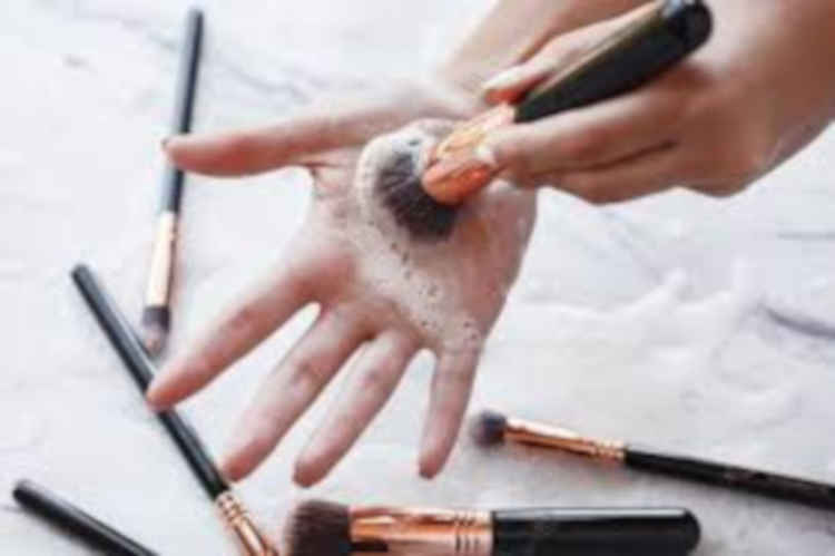 how to clean a makeup brush