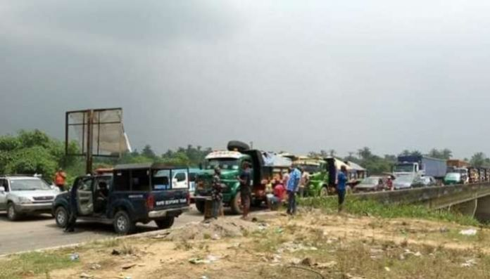 Hundreds of passengers have been stranded at the Abia/Rivers State border at Oyigbo are of Oyigbo local government area of Rivers State as a the closure of the Rivers State borders ordered by Governor Nyesom Wike as a means of curtailing the spread Coronavirus pandemic into the state comes into effect.