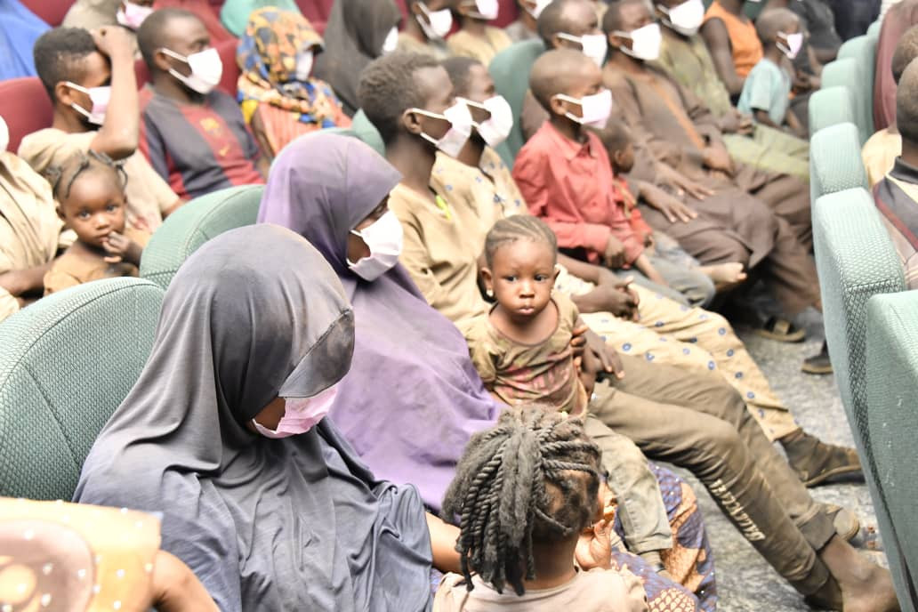 Niger state governor receives rescued abducted travelers (photos)