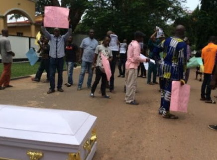 Protesters storm Edo Government House with corpse of man killed by herdsmen
